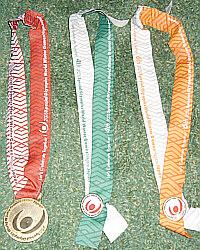 左よりDH1位の金メダル、SL4位、GS6位の記念メダル